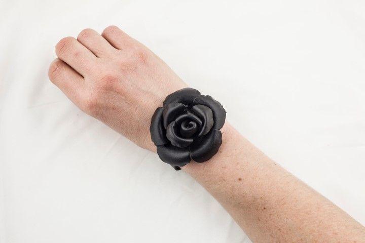 Thin bracelet with small Camelia Black licorice - EmKha
