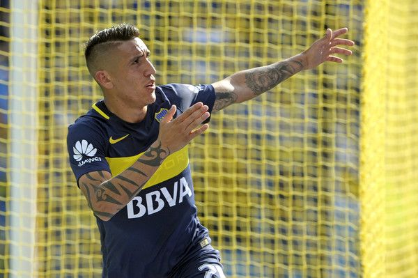 Boca Juniors' forward Ricardo Centurion celebrates after scoring against Sarmiento during their Argentina First Division football match at the La Bombonera stadium in Buenos Aires, on October 16, 2016. / AFP / AFP PHOTO / Alejandro PAGNI