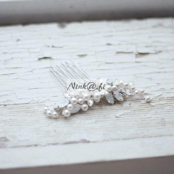 http://ninka.fi/shop/855-pieni-korukampa-opaalivärisillä-kristalleilla.html