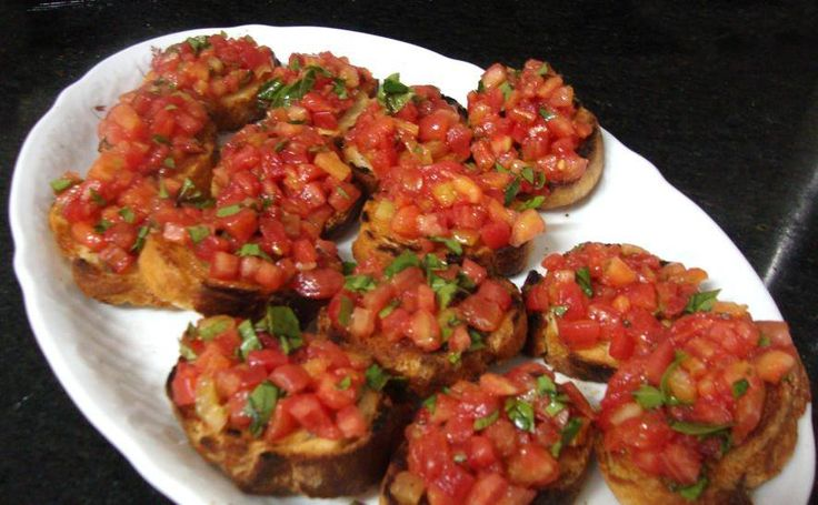 Kytičkový den - topinka s nakrájenými rajčaty, trochou olivového oleje, česnekem a bazalkou