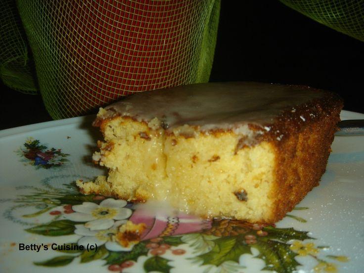 Μια από τις εκατοντάδες συνταγές που έχω σημειωμένες σε διάφορα χαρτάκια είναι και τούτο το υγρό κέικ λεμονιού του Παρλιάρου. Σημειωμένη β...