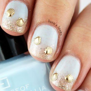 elegantes uas en color blanco decoradas con brillos plateados y dorados sobre sus puntas