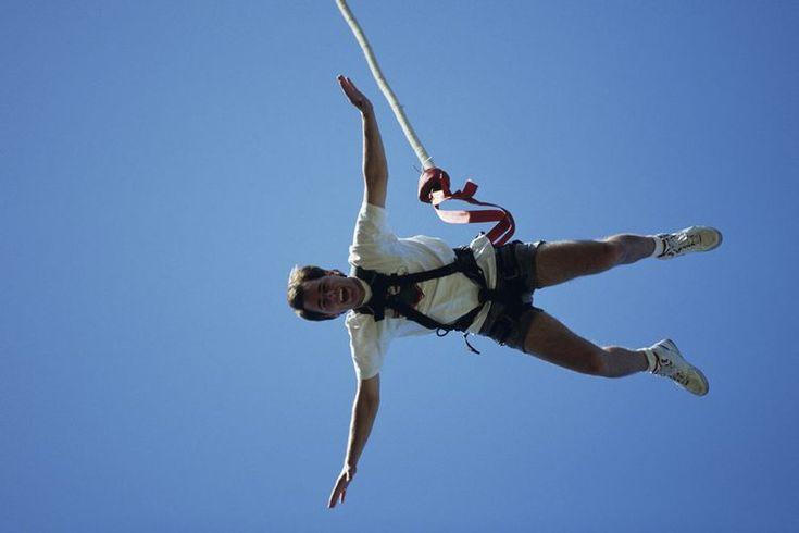 Bungee jumping cerca de Phoenix, Arizona. Practicar bungee jumping en Phoenix, Arizona, implica zambullirse desde una gran altura hacia tierra desértica, sólo para ser salvado de la muerte repentina por un grupo de bandas y cuerdas elásticas. Existen pocos establecimientos en esta zona que ofrecen ...