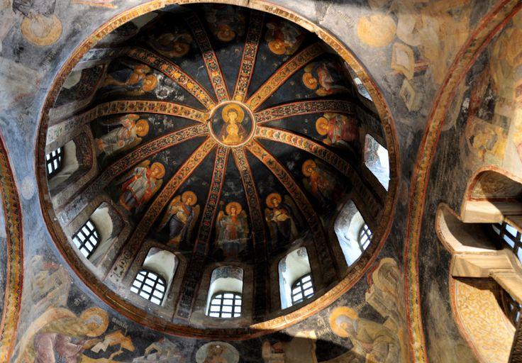 Chora Kilisesi veya günümüzdeki adıyla Kariye Müzesi, İstanbul şehrinin Ayasofya'ya oranla çok daha az bilinen gizli bir mücevheridir. Tarihten günümüze ulaşmış en güzel Bizans Mozaikleri ile bize bir hikaye anlatır. Gelin bu muhteşem esere bu yazı ve güzel fotoğraflar aracılığı ile bir göz atalım.