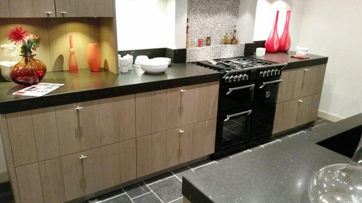 Het kookdeel bestaat uit een 75 cm diep en 8 cm dik werkblad met Stoves fornuis.  http://www.grando.nl/vestigingen/grando-hoorn