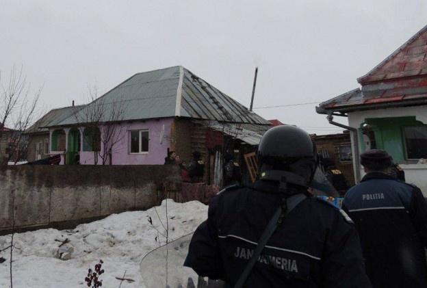 Trei jandarmi băcăuani au fost răniți, astăzi, în satul Rădeana, în urma unor confruntări cu familiile unor persoane de etnie romă, suspecte că s-ar ocupa cu furturile din locuințe. Pentru a se apăra, forțele de ordine au folosit gaze lacrimogene și au tras focuri de avertisment.