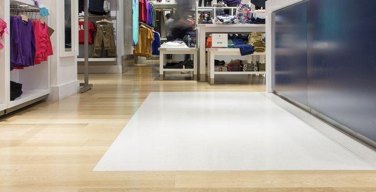 GAP PUNTA CARRETAS SHOPPING Superficie: 428 m2 Pavimento: piso de ingeniería en madera de Roble Natural Prefinished Sistema de Instalación: adhesivo Bona R848, aplicación con Bona Optispread, barrera de humedad Bona R410