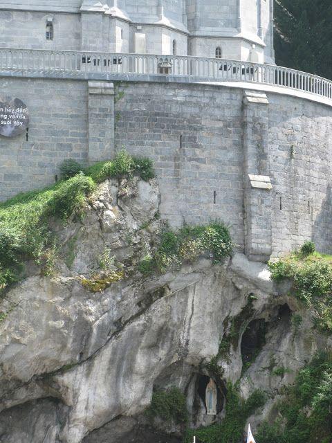 Грот Масабель (Grotte de Massabielle) місто Лурд.