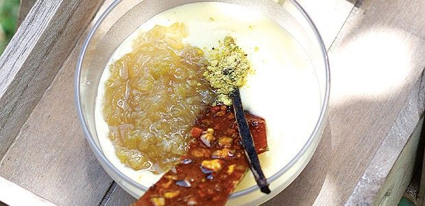 Compota de ruibarbo com creme inglês de laranja e crocantes de pistache (Foto: Rogério Voltan/Casa e Comida)
