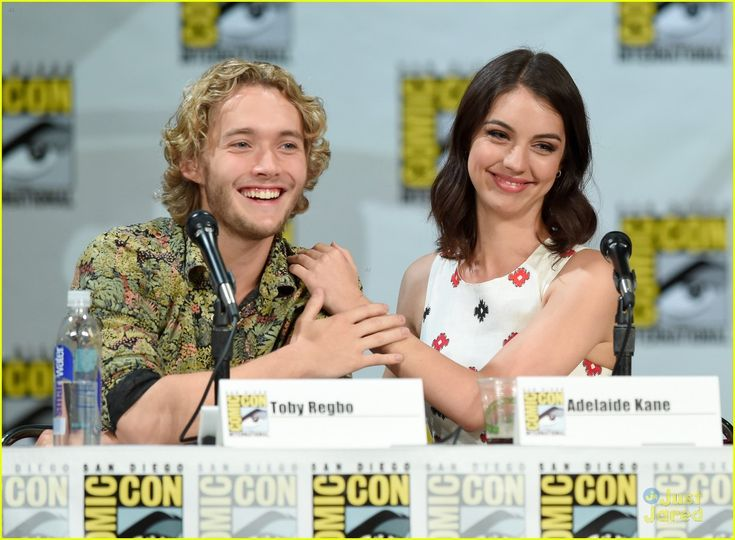 Adelaide Kane & Toby Regbo Are In Full On Adorable Mode at Reign's Comic Con 2014 Panel | adelaide kane toby regbo reign sdcc panel 01 - Pho...