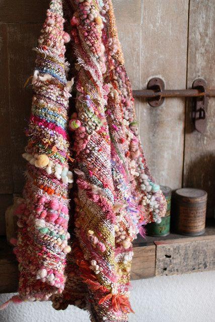 """自由に感性のおもむくままに織る…それが【さをり織り】です。単調な織りではなく、自己表現の場となっている織物。普通の織物ではキズとなってしまうものでさえ、個性と捉えて楽しむ。そんな自由な""""さをり織り""""の世界をご紹介致します。                                                                                                                                                                                 もっと見る"""