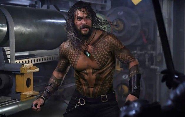 """[#Cine]  """"AQUAMAN""""  Una nueva imagen de Jason Momoa como Arthur Curry en la próxima película independiente de #Aquaman .  #Aquaman está programado para llegar a los cines el 21 de diciembre de 2018. #NeerksTV"""