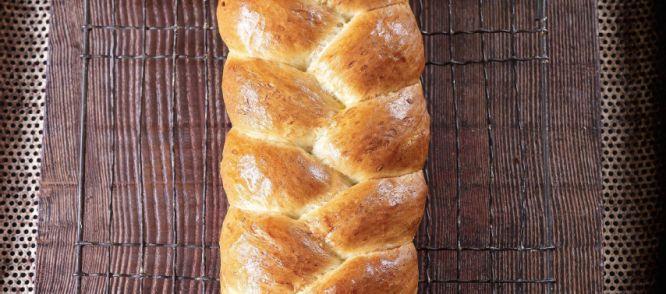 Een+mooi+gevlochten+brood+op+de+ontbijttafel,+die+niet+moeilijk+is+om+te+maken!