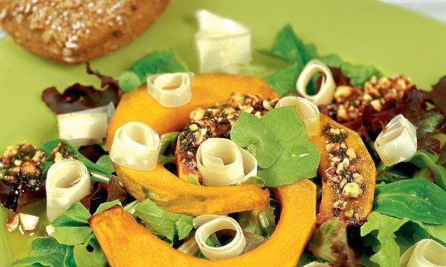 Courge rôtie au four vinaigrette aux noisettes et rebibes de sbrinz - Recettes - Le lait suisse