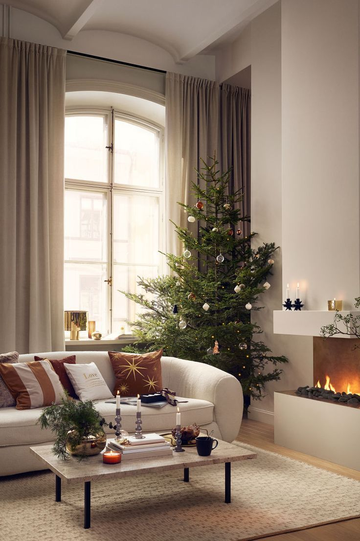 Metal Vase Gold Colored Home All H M Us In 2020 Christmas Living Rooms Christmas Decorations Living Room Modern Christmas Living Room