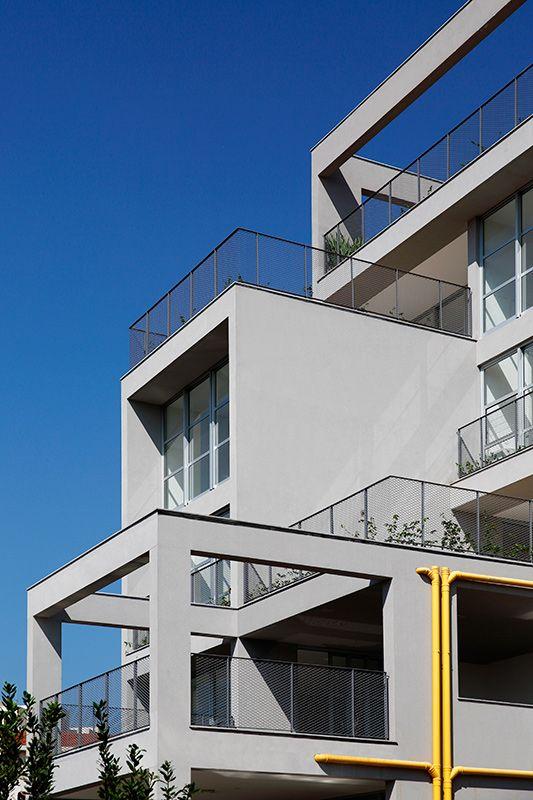O desencontro proposital entre terraços abertos e fechados deriva do aproveitamento de platôs preexistentes e faz com que a tubulação de águas pluviais (pintada de amarelo) tenha traçado irregular (Foto: Juan Pablo Rosenberg)