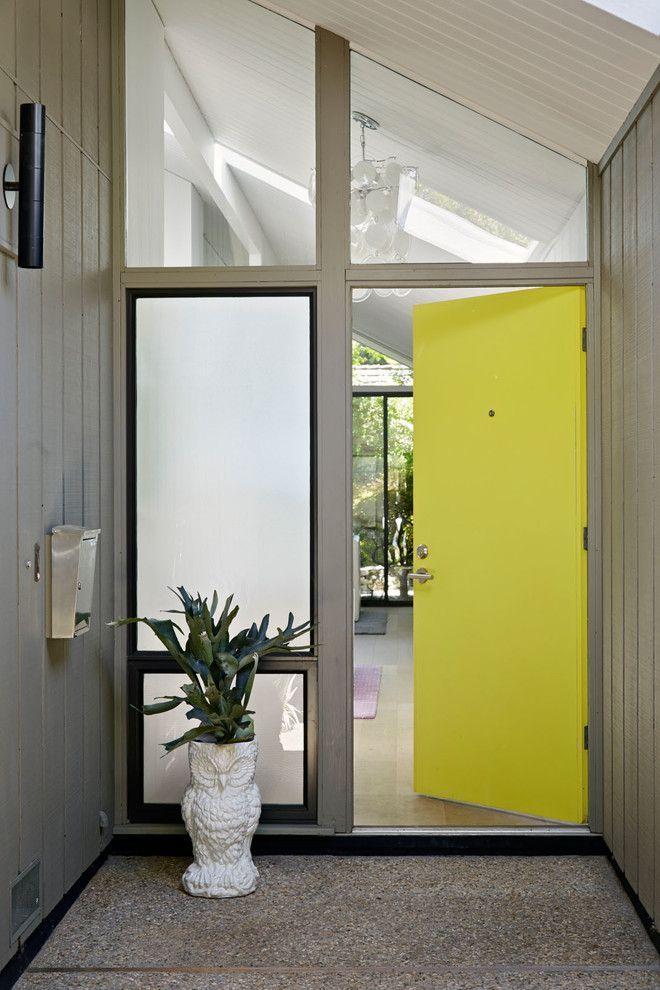 Пластиковые входные двери для частного дома: 70+ стильных и надежных реализаций http://happymodern.ru/plastikovye-vxodnye-dveri-dlya-chastnogo-doma/ Лаконичные входные двери с особенностью в виде насыщенного лимонного цвета