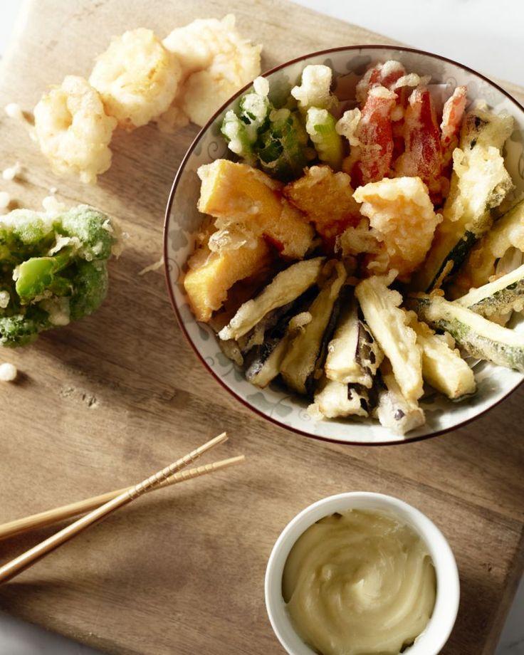 Tempura is een Japanse bereiding van vlees, vis of groenten in een krokant jasje. Heerlijk als aperitief! Serveer met lekkere dipsausjes.
