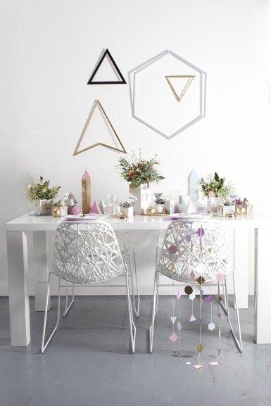 Grafische vormen gecombineerd met koper. Hang deze ijzeren vormen nonchalant aan je muur voor een speels effect.