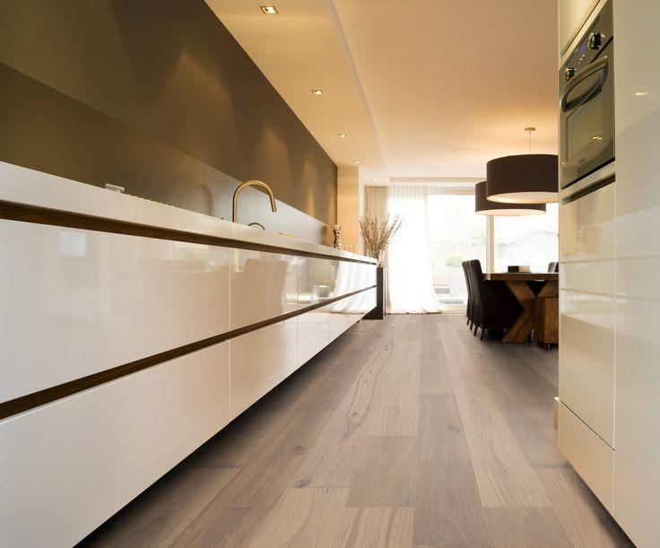 Houten vloer in witte keuken - Anchorage lamelparket van Solidfloor