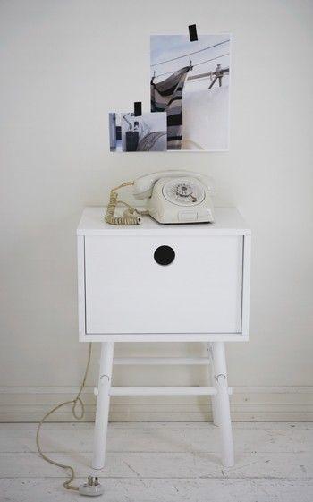 Een glas, een wekker, een boek… Dit kleine bijzettafeltje - nachtkastje biedt net genoeg ruimte voor de noodzakelijke dingen naast bed of bank. De rest gaat in het 'vogelhuisje'. Opgeruimd staan netjes.