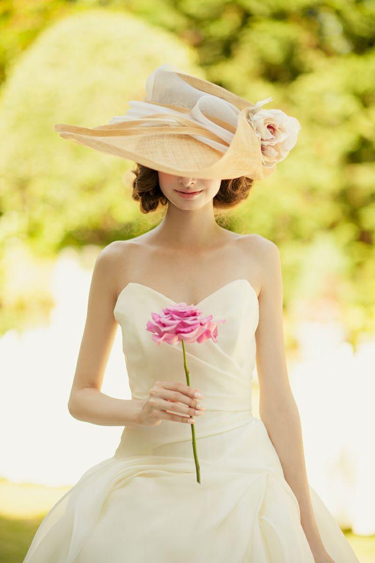 ウェディングドレス姿をよりおしゃれに見せたい!そんな花嫁さんのために、「帽子」を取り入れたコーディネートをご紹介したいと思います!特に、ウェディングドレスに「女優帽 (つば広帽) 」を合わせるコーディネートは、おしゃれ花嫁さんの憧れでもあり、とびっきりエレガントで可愛いのです♡
