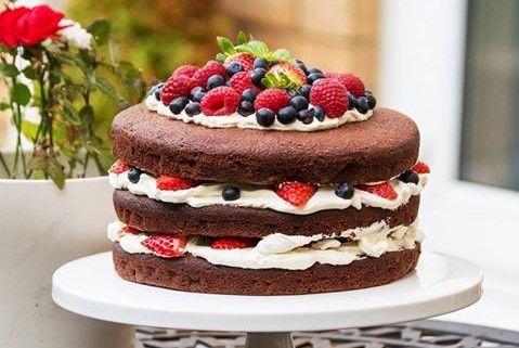 Το τριώροφο κέικ με κρέμα τυριού και φρέσκα φρούτα