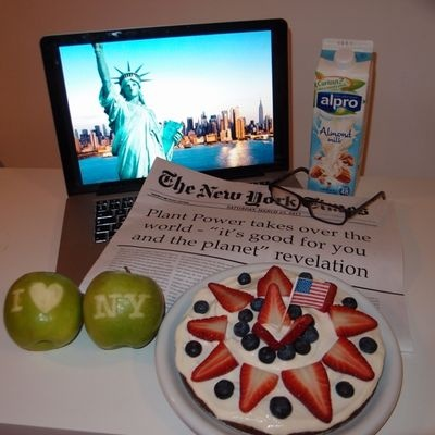 New York breakfast (granola, Alpro Vanilla, cream cheese) - Deskfest