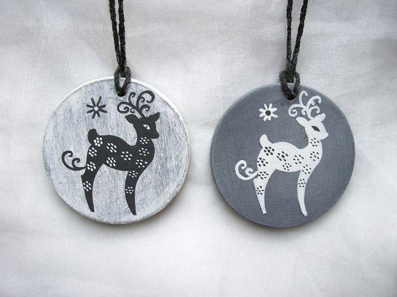 Decoration du sapin 2 boules de Noël en bois patiné gris motif rennes