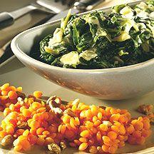 1 portie (8pnt).Kook 60 g rode linzen in ca. 5 min beetgaar in 150 ml grbouillon.Snijd ui in stukjes en stoof ze samen met 1 uitgeperst knoflookteentje glazig in 1 KL olie. Voeg 200 g bladspinazie (diepvries) toe en laat ca. 10 minuten koken. Roer 150g HV yoghurt door en breng op smaak met koriander, zout, peper, enkele drzoetstof en nootmuskaat.   Rooster 1 koffielepel zonnebloempitten naar wens zonder vetstof te gebruiken. Roer de zonnebloempitten met 1 koffielepel azijn door de linzen.