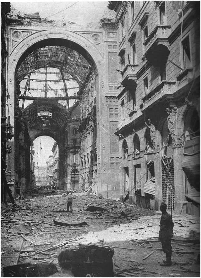 La Galleria Vittorio Emanuele dopo i bombardamenti del 1943. Seconda Guerra Mondiale. Milano