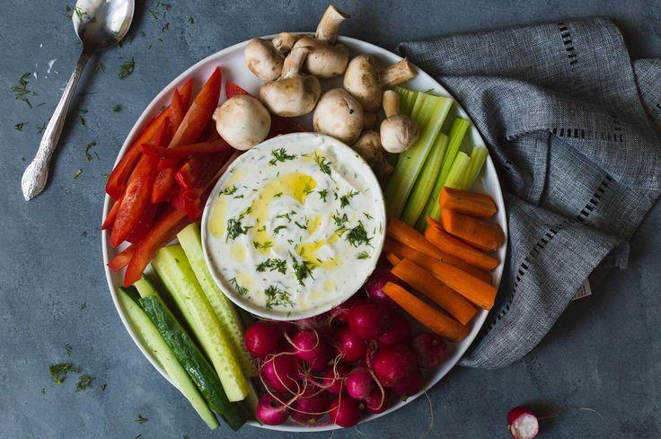 Essayez notre recette facile de trempette ranch santé au yogourt grec, avec aneth, ail, vinaigre de cidre.
