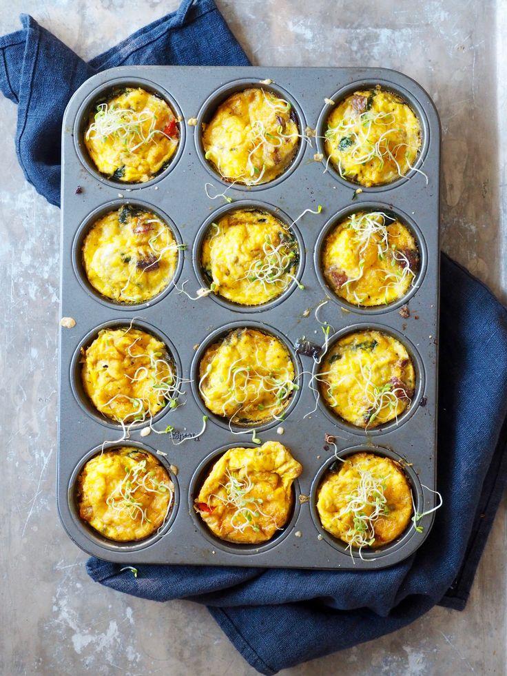Eggmuffins med pølse og spinat er bare halve sannheten. Det er faktisk mange flere digge ingredienser…. Paprika for eksempel. For ikke å nevne løk. Og hvitløk – det må man jo alltid ha. Og ost…ja, ost. Deilig ost som smelter i midten… Er du ikke overbevist enda, så kan jeg fortelle deg at du kan [...]Read More...