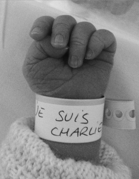 L'image de l'espoir :  http://www.elle.fr/Societe/News/Pret-a-liker-le-bracelet-de-naissance-Je-suis-Charlie-2874712