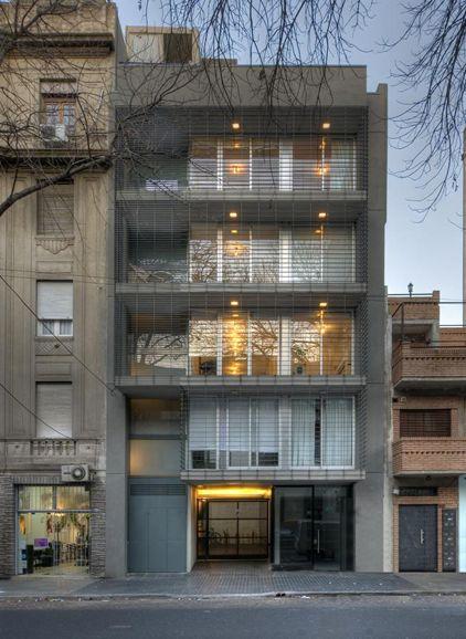 El edificio se encuentra en la Ciudad de Buenos Aires en un lote de 8.66m x 14m de profundidad. El proyecto surge del encargo de un matrimonio con dos hija
