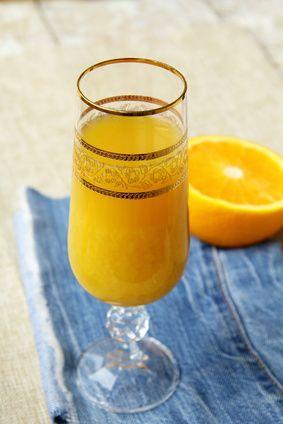 Il mimosa è uno dei cocktail più semplici e amati. In questo articolo dosi, procedimento e ricetta corretti.