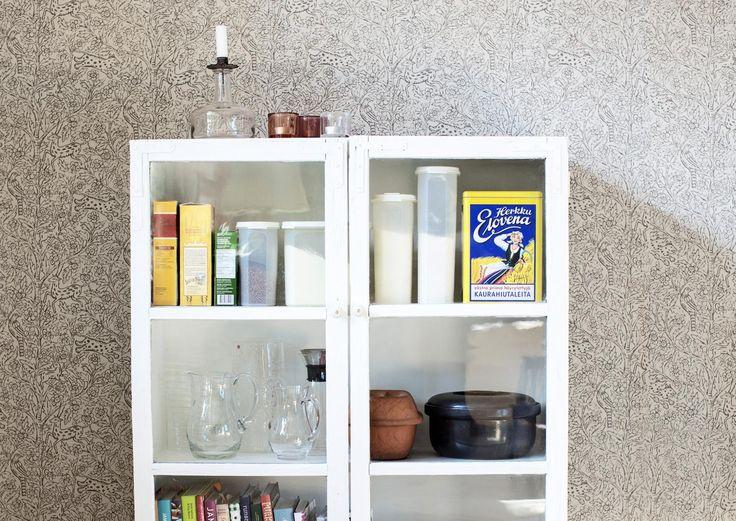 http://www.meillakotona.fi/tee-itse/nikkarointi/tee-vitriini-vanhoista-ikkunoista
