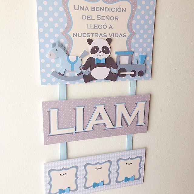 Un osito panda junto a otros juguetes esperan felices la llegada de Liam…