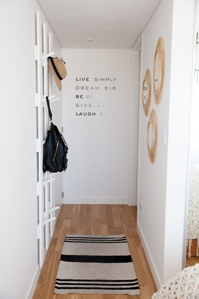 Tips de cómo decorar departamentos chicos, el truco es que haya mucha luz y espacios claros.