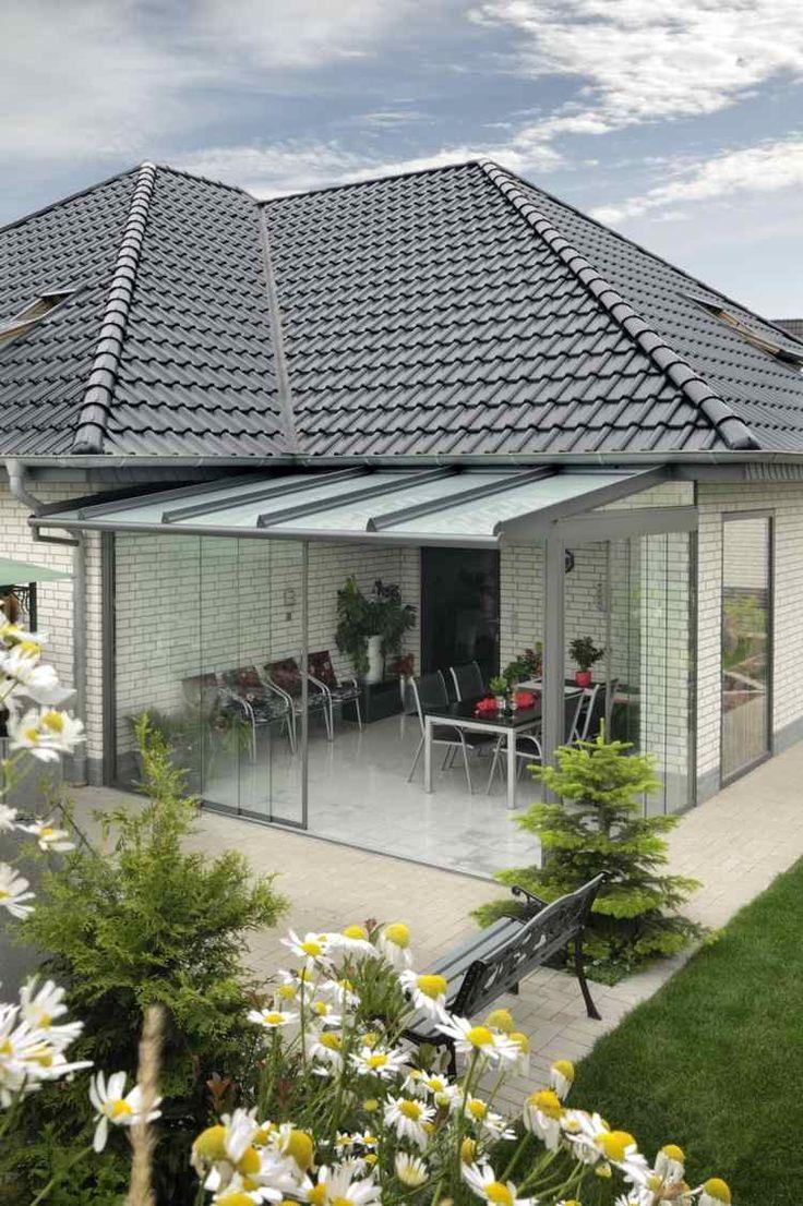 véranda vitrée et aménagée avec mobilier pratique