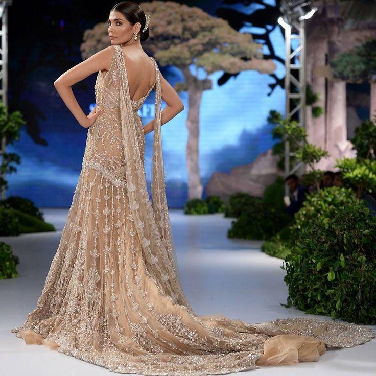 "Sana safinaz Pakistani fashion"""