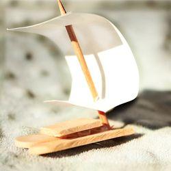 Ijslolliestokjes + een prikkertje + een stikje papier of stof = een tof bootje