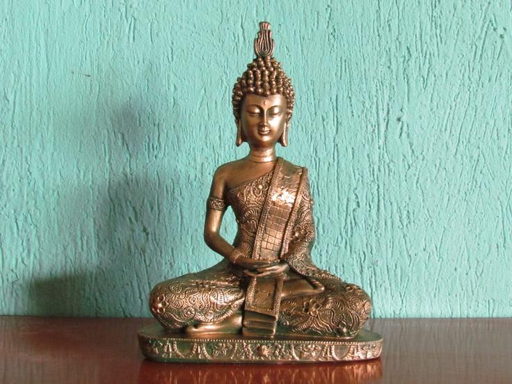 Sidartha Gautama 26 cm Dhyana Mudra Gesto da Meditação O canal nervoso associado com a mente da Iluminação (Bodhichitta) passa pelos polegares. Assim, juntando os dois polegares nesta postura, com a mão direita sobre a esquerda, é de um significado auspicioso para o futuro desenvolvimento da mente de iluminação. Associado à meditação do Buda Shakyamuni e do Dhyani-Buddha Amitabha.