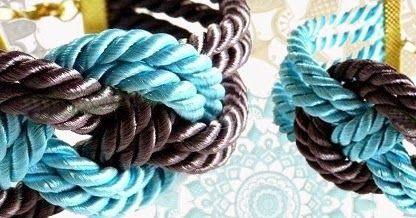 Un bracciale  realizzato di cordoncino in due colori contrastanti è un perfetto accessorio decorativo da portare ogni giorno - si abbina be...