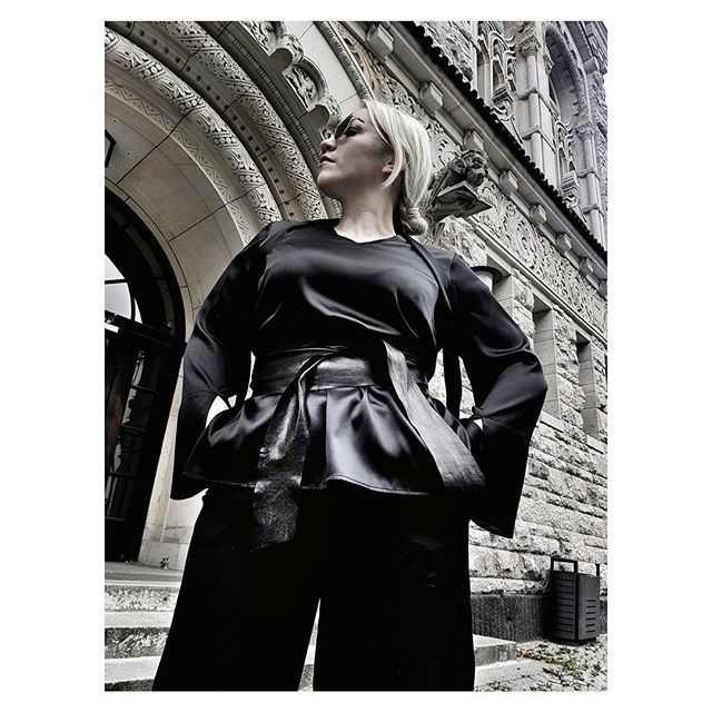curvy fashion, silk blouse with chocker scarf and leather wrap belt