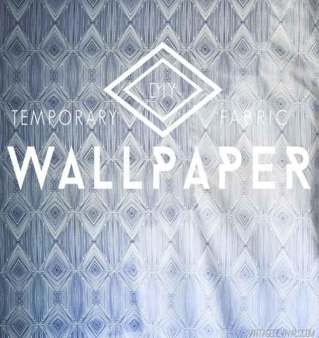 Convierte cualquier tela en papel mural pegándolo con una solución de almidón o fécula de maíz para telas y agua.