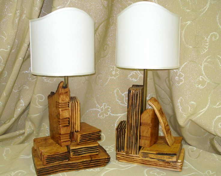Lampade assemblate con libri in legno massello