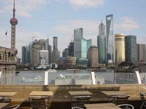 Chinese steden zijn booming. Hypermoderne wijken met wolkenkrabbers en hippe plekken bovenop zo'n torenflat. Bea vertelt over haar favoriete plekken om te proosten op grote hoogte: http://www.chinaonline.nl/inspiratie/china-blog/proosten-op-grote-hoogte/