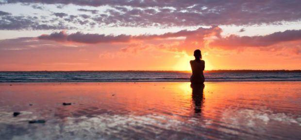 siluetta-di-donna-al-tramonto-spiaggia-cielo-di-sera-202635-e1434520181934