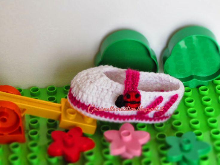 Scarpette realizzate a uncinetto, modello ballerina con bottone coccinella e fasce sportive, idea regalo, per informazioni ⇨ http://coccinellecreative.blogspot.it/2014/02/scarpette-ballerina-realizzate.html#more
